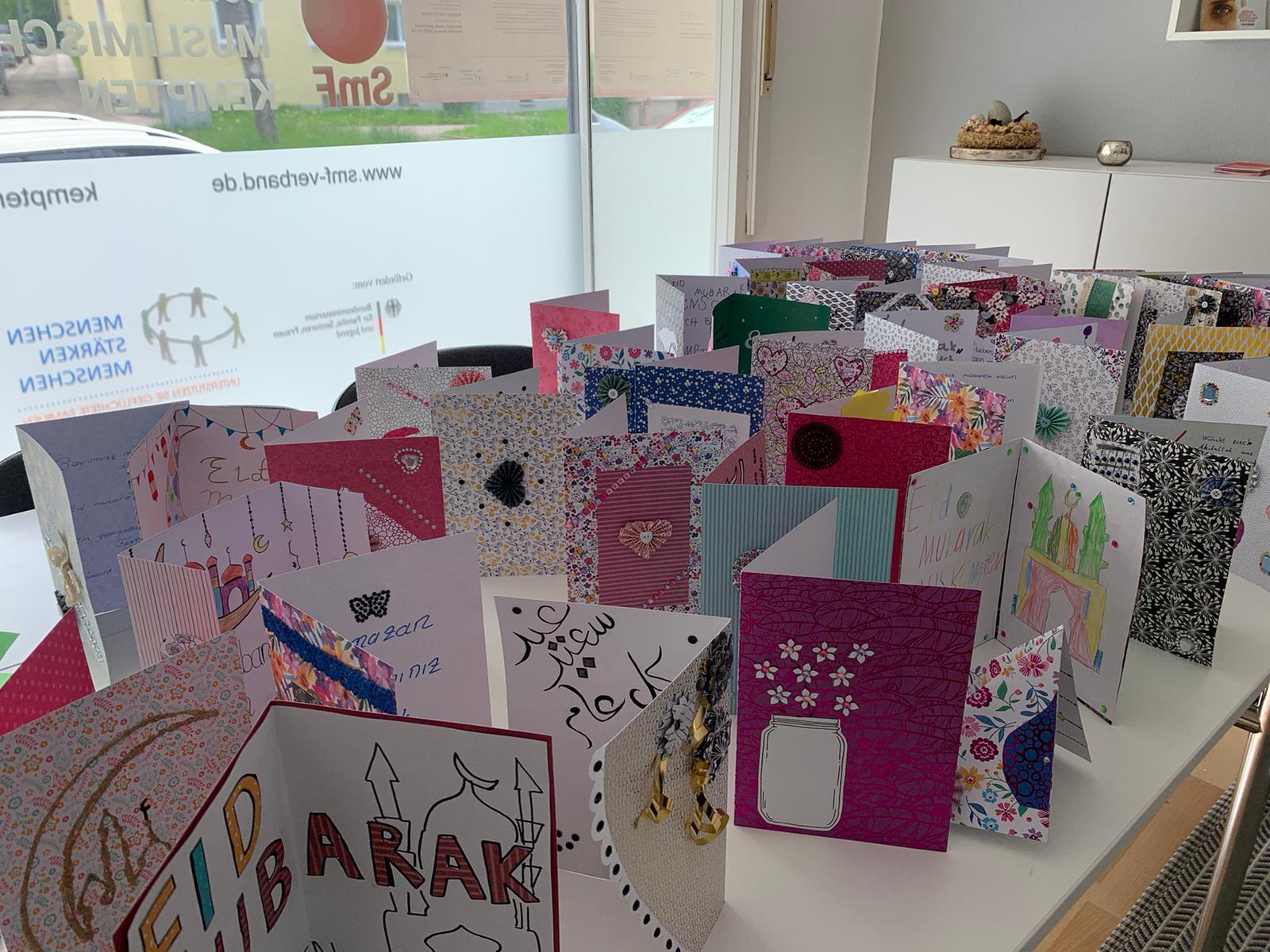 Analog, digital- Postalisch!     Jugendliche in Kempten verschicken Fest- Wunschkarten für Senioren