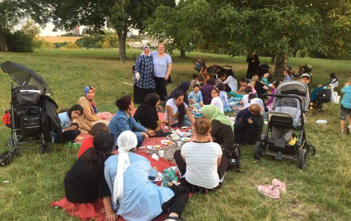 Gemeinsamer Ausflug und Picknick an den Max Eyth See mit geflüchteten Müttern und ihren Kindern